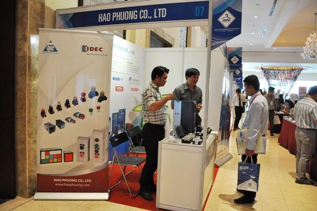 Hạo Phương giới thiệu sản phẩm đến khách tham quan