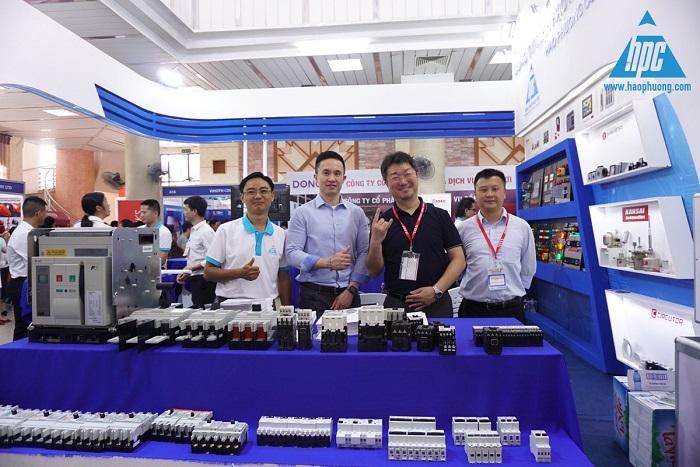 Đại diện Fuji Electric chụp hình lưu niệm với Hạo Phương