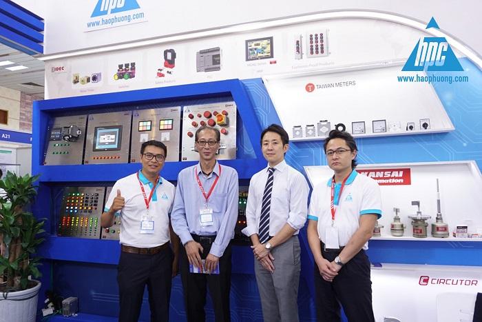 Đại diện IDEC chụp hình lưu niệm với Hạo Phương tại triển lãm