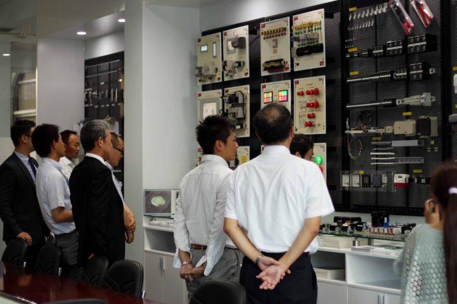 Khách hàng đang tham quan phòng Showroom, hình ảnh 2