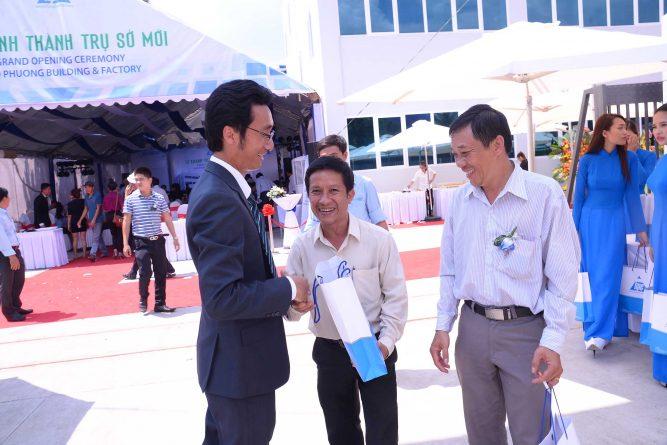 Ông Nguyễn Quốc Thắng tặng quà lưu niệm cho khách