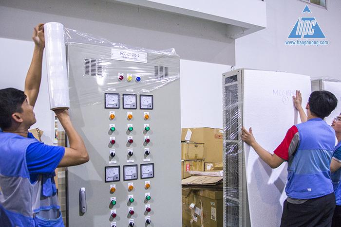đóng gói tủ điện giao hàng đến nhà máy Nippro