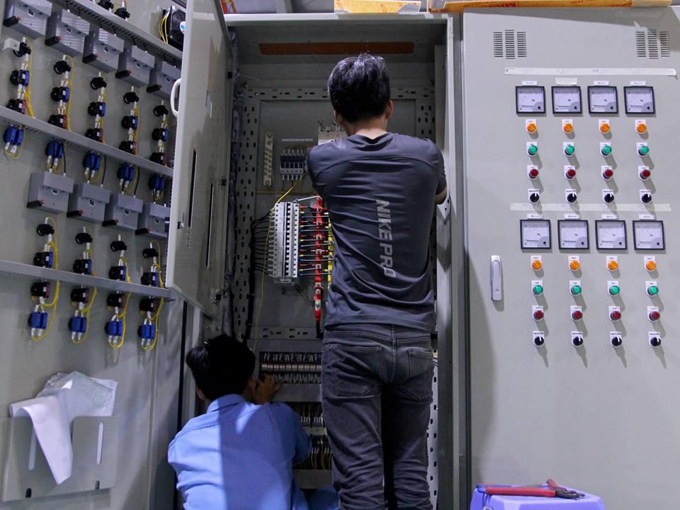 đội ngũ kỹ thuật kiểm tra lần cuối khi giao hàng cho thành công
