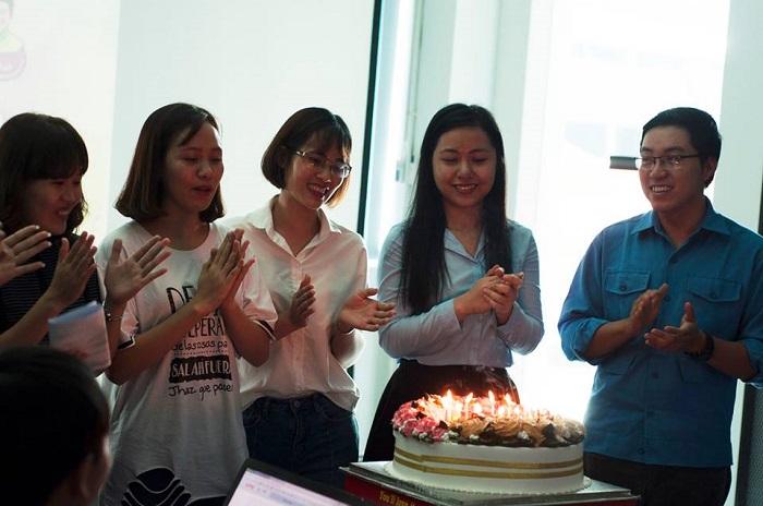 các thành viên cùng thổi nến bánh sinh nhật