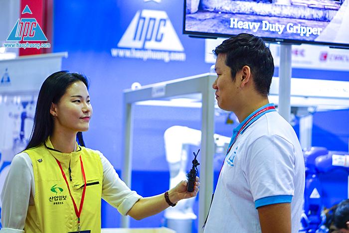 Phóng viên Hàn phỏng vấn nhân viên Hạo Phương
