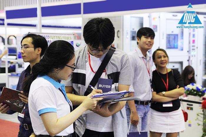 khách đến tham quan triển lãm, hình ảnh 2