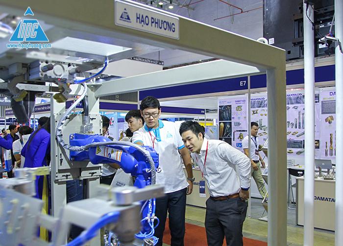 khách hàng thích thú hệ thống robot
