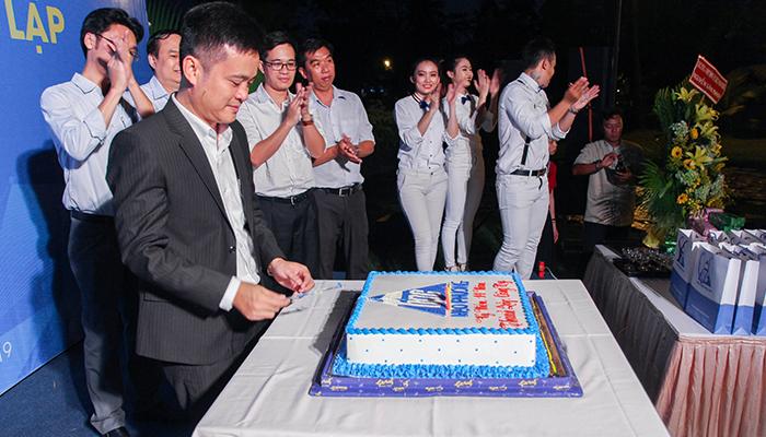ông Nguyễn Tất Dương cắt bánh sinh nhật