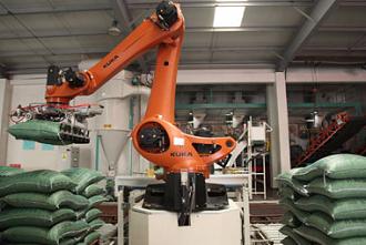 Robot đang xếp bao lên Pallet 1
