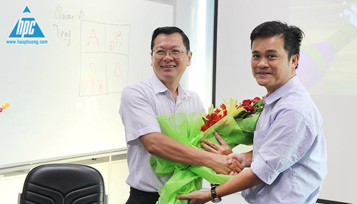 CTHĐQT Nguyễn Tất Dương tặng hoa cảm ơn