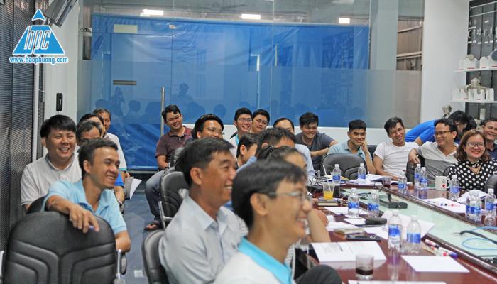 Các học viên tập trung nghe giảng