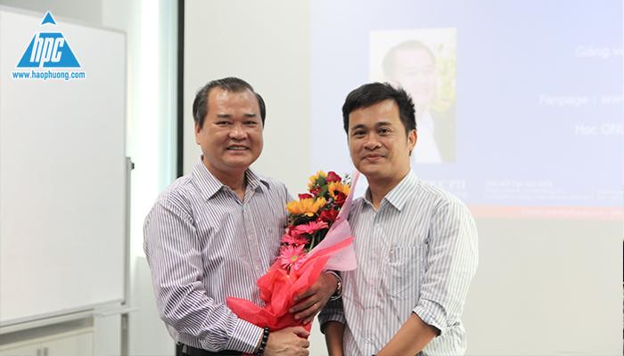 CTHĐQT Nguyễn Tất Dương tặng hoa cảm ơn 1