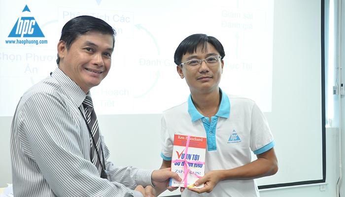 Nhóm của Mr. Hải nhận thưởng