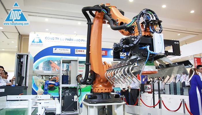 Robot xếp bao tại triển lãm
