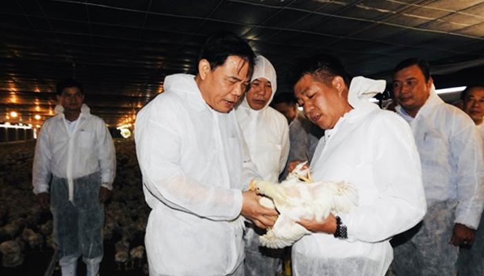 Bộ trưởng thăm trại gà Bình Phước