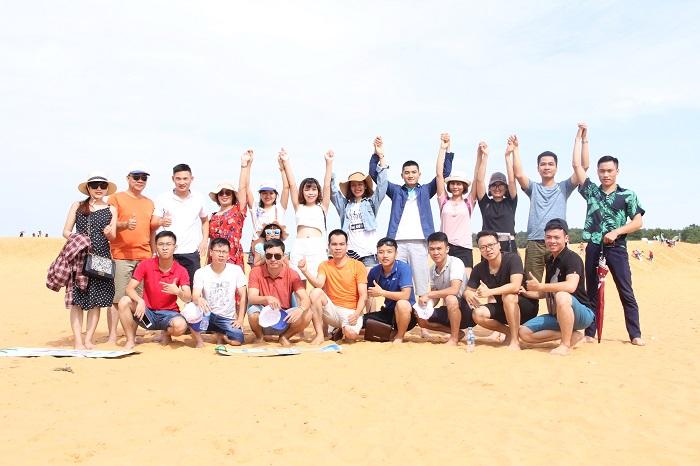 Mọi người chụp hình lưu niệm tại đồi cát bay
