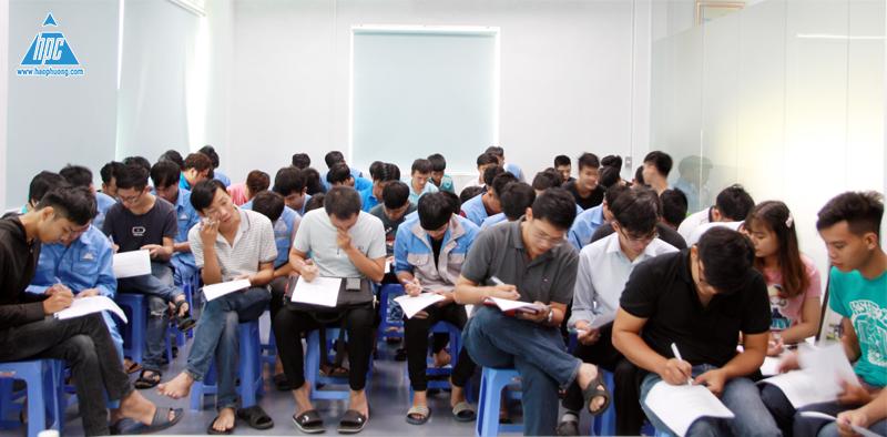 Nhân viên Hạo Phương làm bài kiểm tra cuối giờ