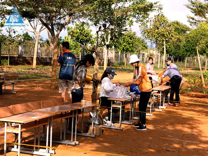 Các nhóm kê bàn ghế để dựng gian hàng của mình 1