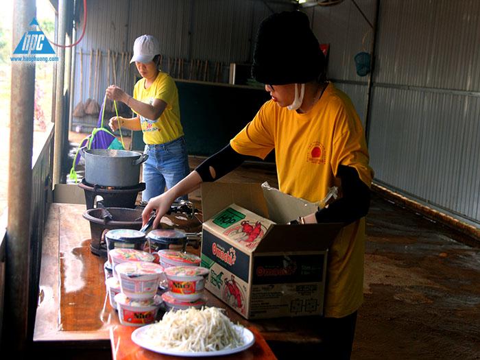 Nhóm ẩm thực chuẩn bị bữa ăn xế cho mọi người trong đoàn