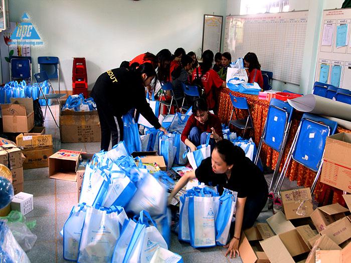 Nhóm đổi quà đang chia 132 phần quà vào túi cho các em học sinh