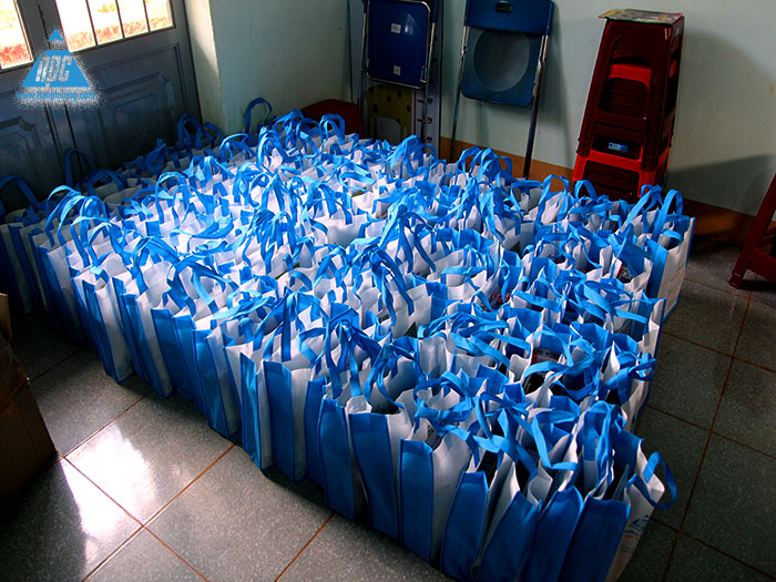 Các phần quà đã được chuẩn bị sẵn sàng để trao tận tay đến các em học sinh nghèo