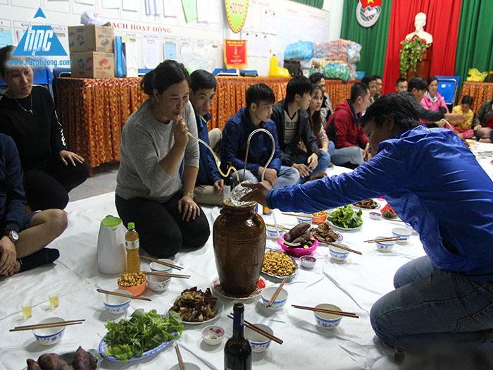 Nhà trường và đoàn thiện nguyện công ty Hạo Phương cùng nhau giao lưu và thưởng thức rượu cần
