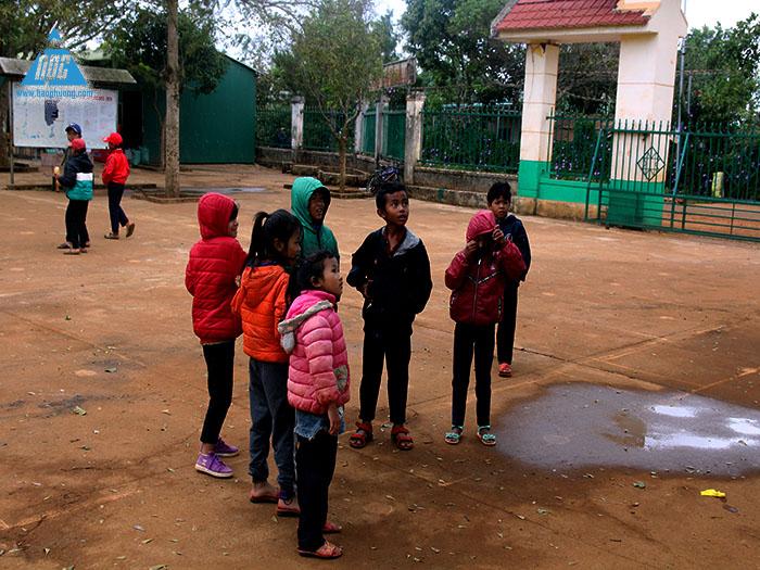 Ngay từ 7h đã có nhiều em học sinh đến trường 1