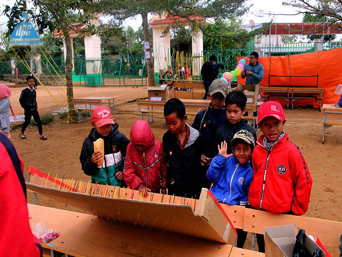 Ngay từ 7h đã có nhiều em học sinh đến trường 2