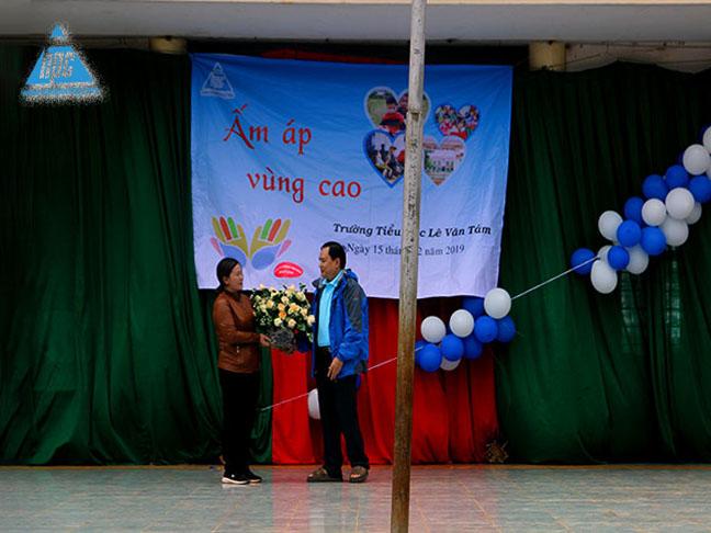 Trao hoa kỷ niệm cho trường Tiểu học Lê Văn Tám