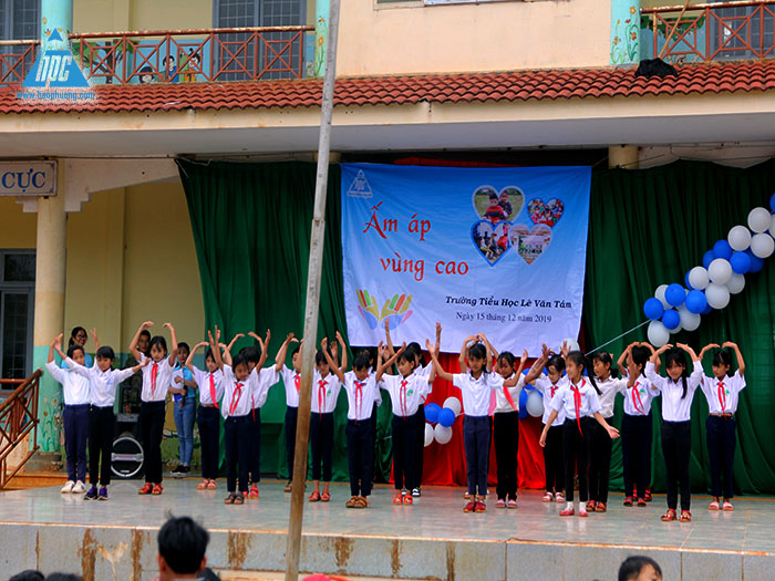 Tiết mục múa của các em học sinh trường Tiểu học Lê Văn Tám 2