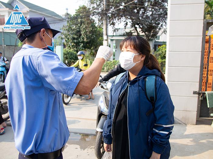Hạo Phương tiến hành phun thuốc khử trùng và đo thân nhiệt phòng dịch Covid-19