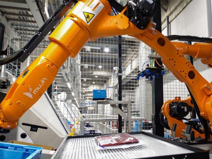 Uniqlo vận hành robot trong nhà kho thông minh