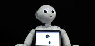 Robot Pepper nhắc đeo khẩu trang