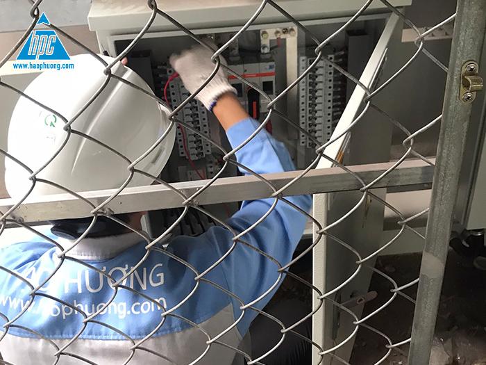Kỹ thuật viên của Hạo Phương đang tiến hành kiểm tra hệ thống điện