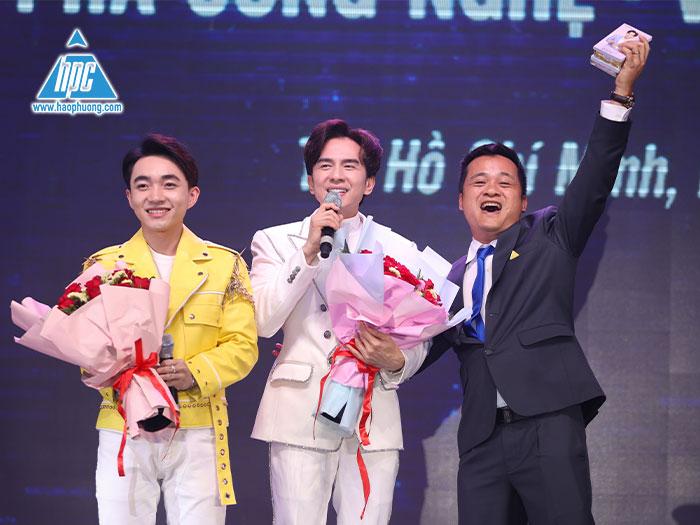Ông Nguyễn Tất Dương, tổng giám đốc công ty cổ phần Hạo Phương giao lưu với ca sĩ Đan Trường tại sự kiện