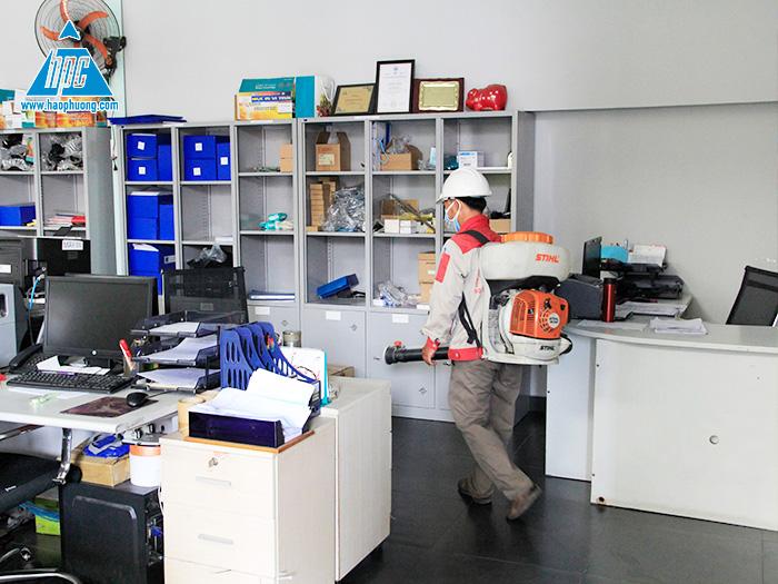 Hạo Phương tổ chức phun thuốc khử trùng toàn bộ trụ sở tại Bình Dương