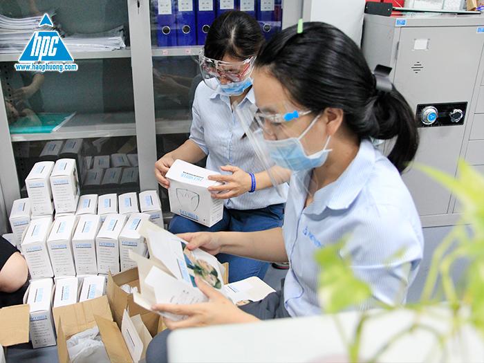 Hạo Phương trang bị hơn 200 chiếc kính chắn giọt bắn cho toàn thể nhân viên